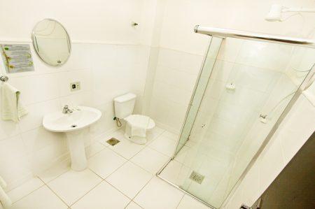 banheiro-quarto-duplo-cama-casal-450x299.jpg
