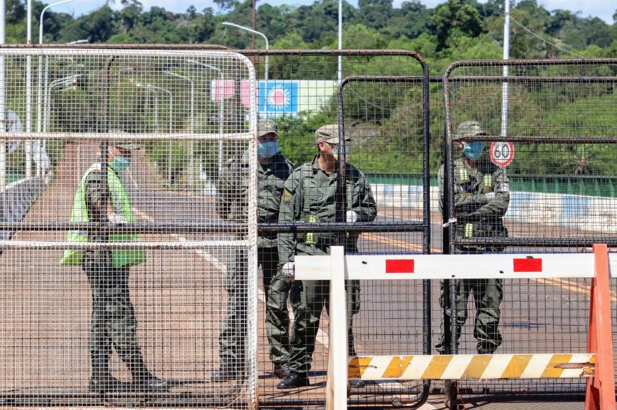 Argentinos usam grades para fechar a ponte