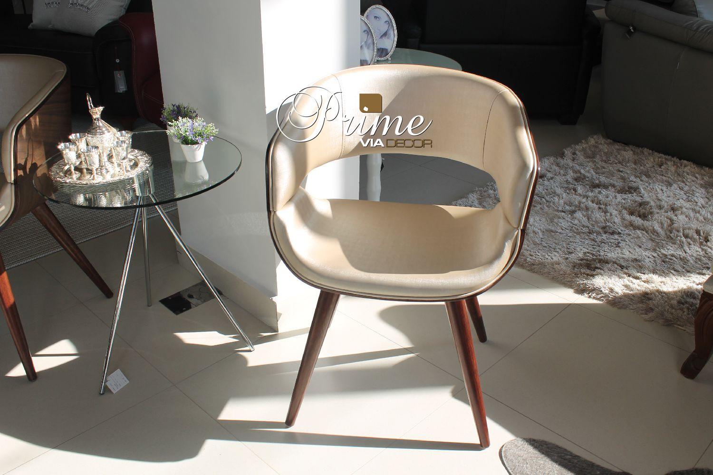 Cadeira bege pés palito madeira